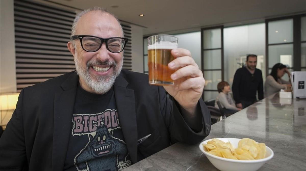Álex de la Iglesia se toma una cerveza en el festival de Málaga tras presentar a la prensa 'El bar'.