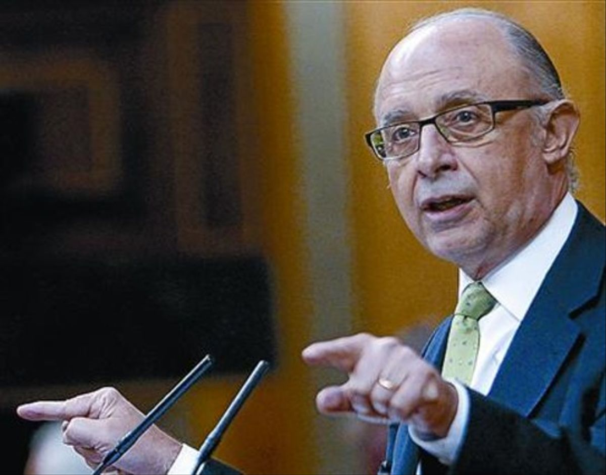 Cristóbal Montoro, ayer, en la sesión de control al Gobierno.