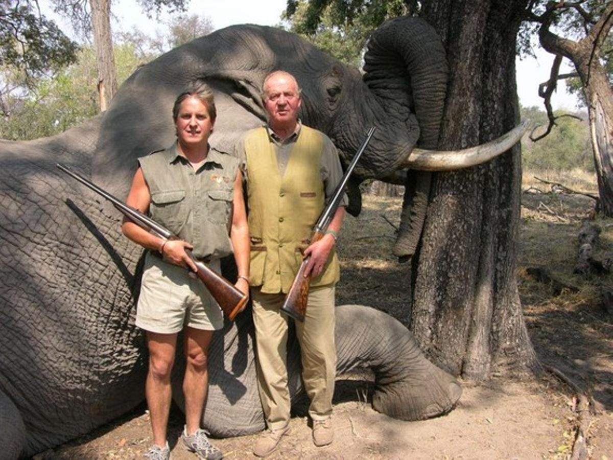 El Rey posa con el propietario de Rann Safaris, frente a un elefante abatido durante una cacería en el año 2007.