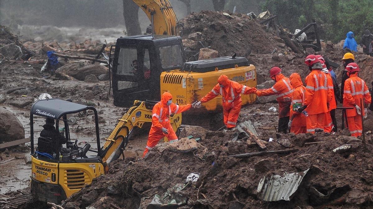 Un equipo de socorristas en la zona donde se produjo el desprendimiento de tierra enIdukki, en el estado de indio deKerala.