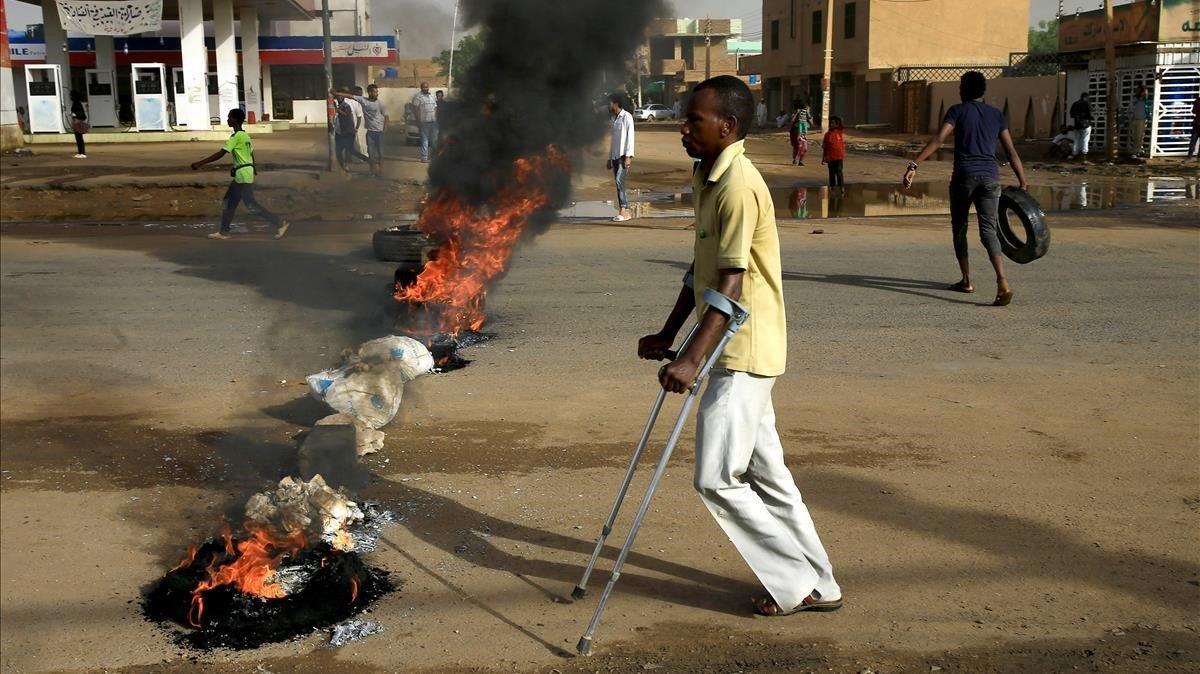 El desalojo de una acampada frente al cuartel del Ejército en Sudán deja más de una decena de muertos.