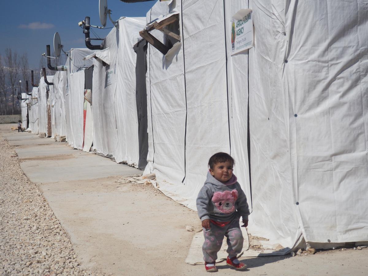 Una niña camina por el campo de refugiados sirios de Bar Elias, en Líbano.