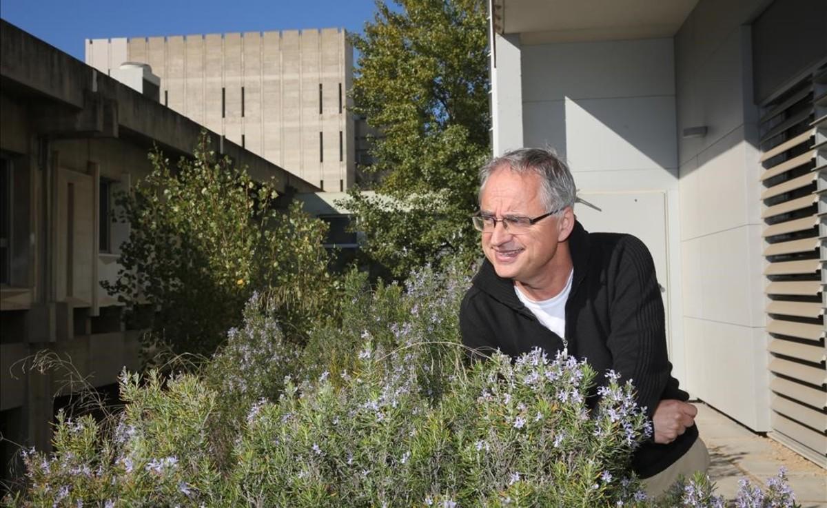 Josep Peñuelas, junto a la sede del Creaf, en el campus universitario de la UAB en Bellaterra.