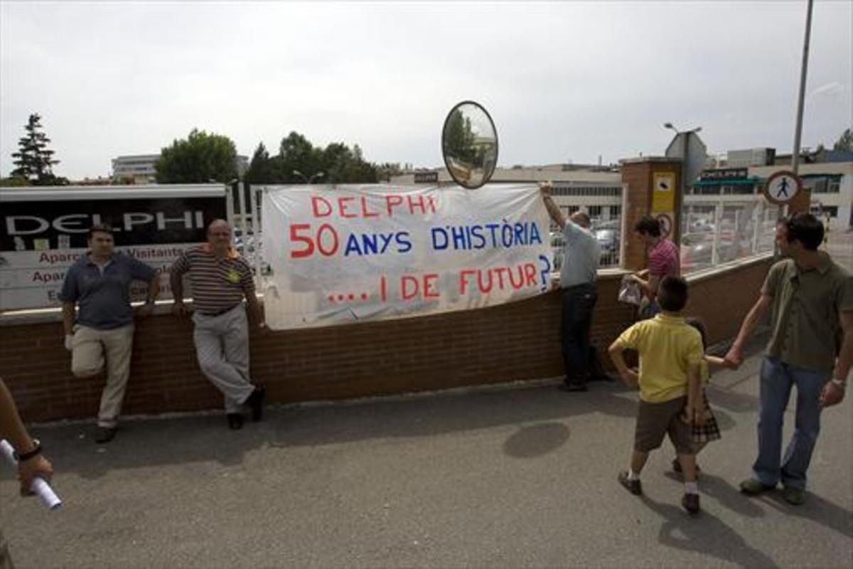 Protesta de los trabajadores de Delphi en la entrada de la planta de Sant Cugat.