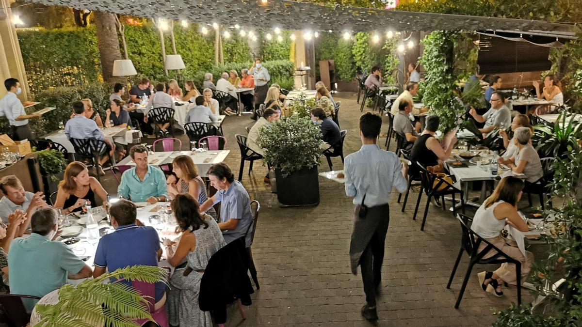 La terraza ajardinada del restaurante Dos Torres.