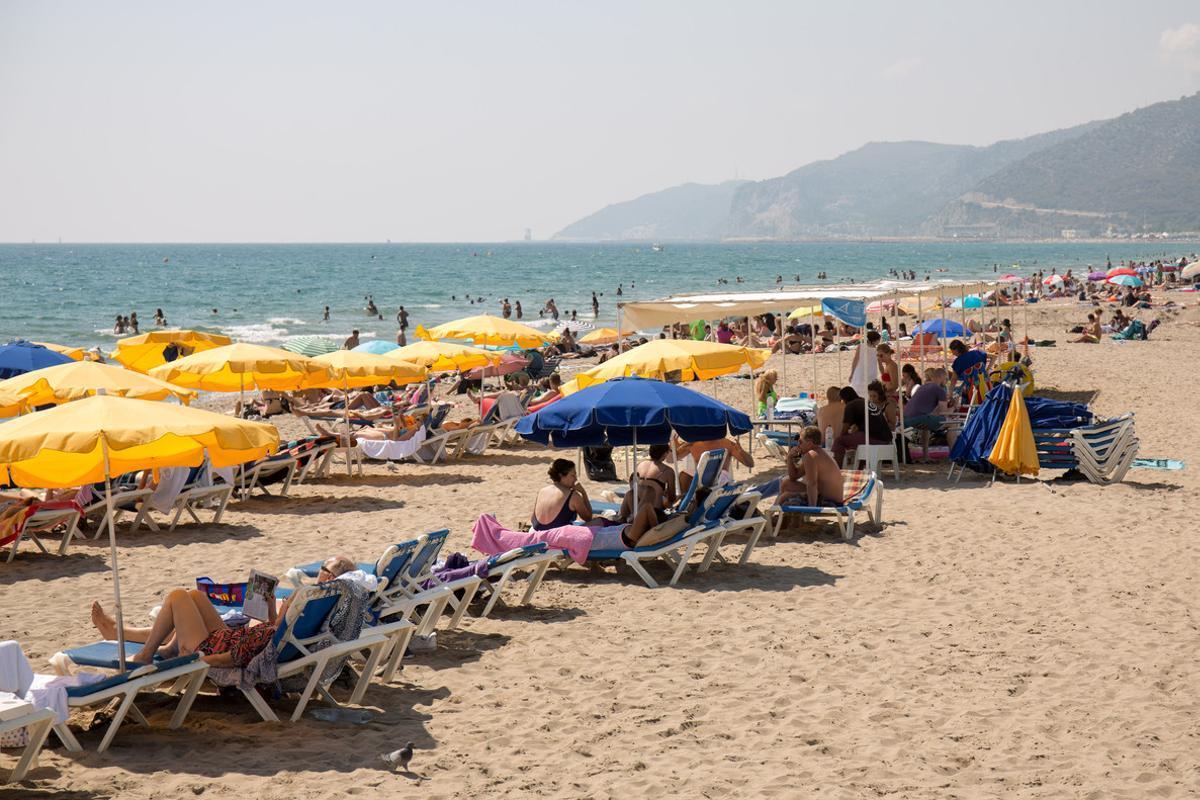 Bañistas en la playa de Castelldefels.