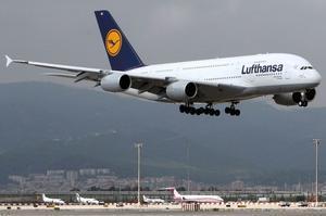 UnA-380 de Lufthansa aterriza en el aeropuerto de El Prat.