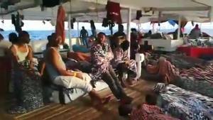Imágenes del 'Open Arms' con 121 inmigrantes a bordo, a la espera de encontrar un puerto seguro.