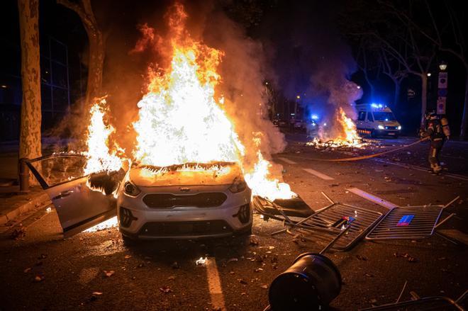 Un coche ardiendo en la avenida de Maria Cristina.