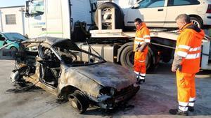 Aspecto del vehículo incendiado tras el accidente mortal en la AP-7, a la altura de Girona, el pasado 6 de diciembre.