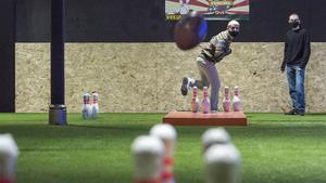 Dos novatos prueban el 'footbowling' en el nuevo campo 'indoor' del Eixample, el primero de Europa.