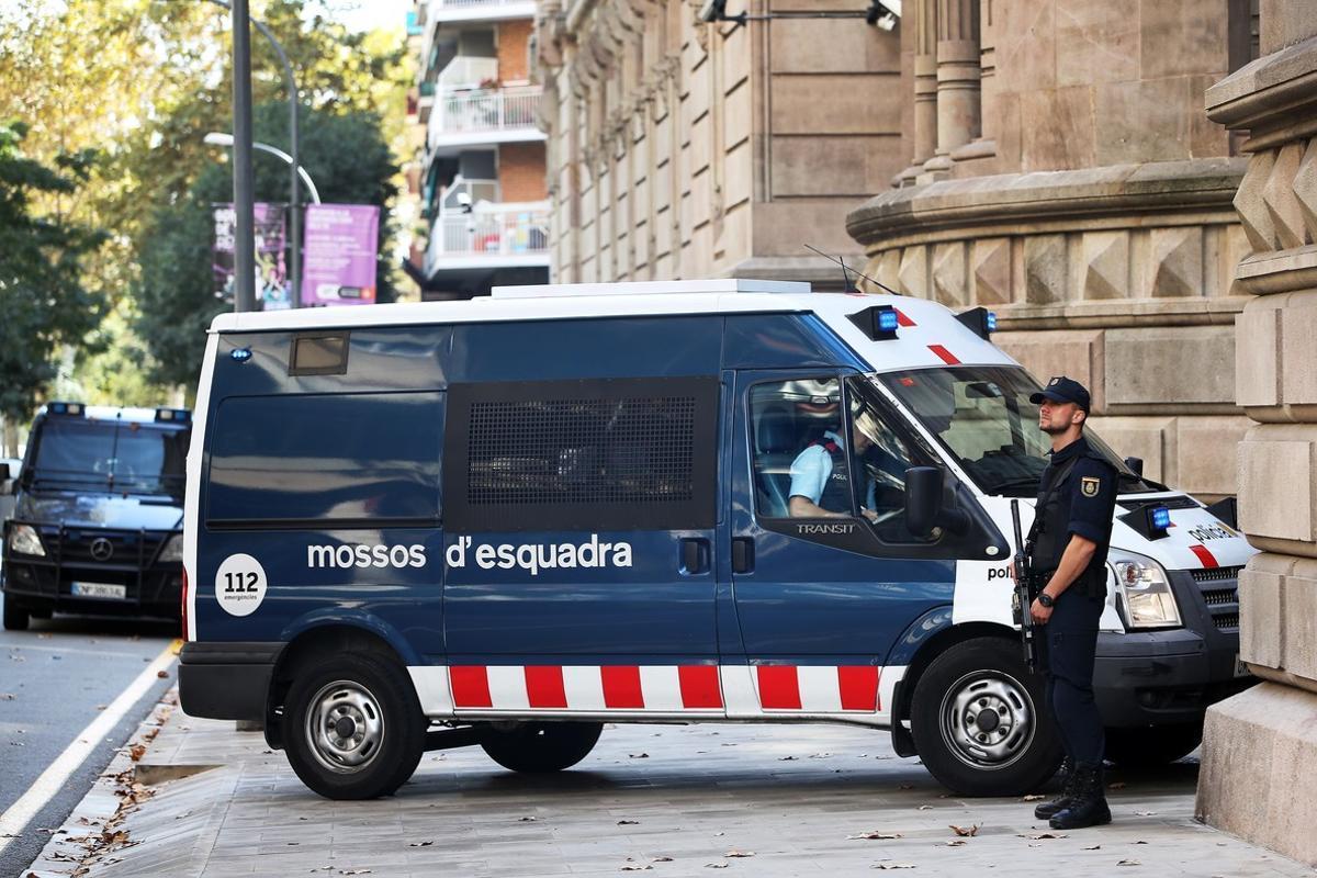 En octubre pasado, en edificios como la sede de la Audiencia Provincial en Barcelona, agentes de la Policía Nacional sustituyeron a los Mossos d'Esquadra.
