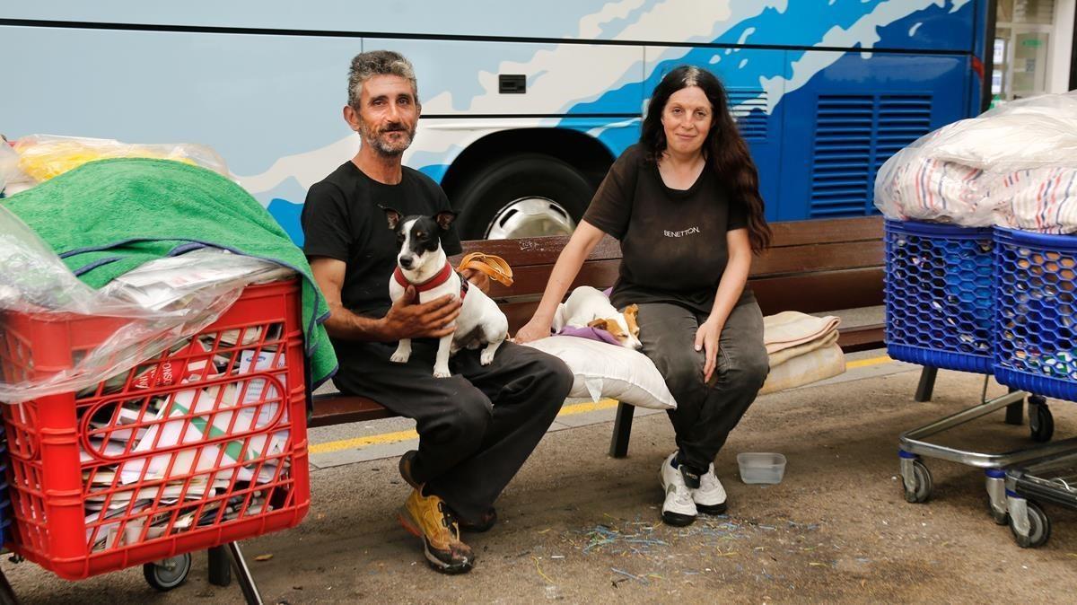 José y Mónica, con sus perros, en su banco del Eixample.