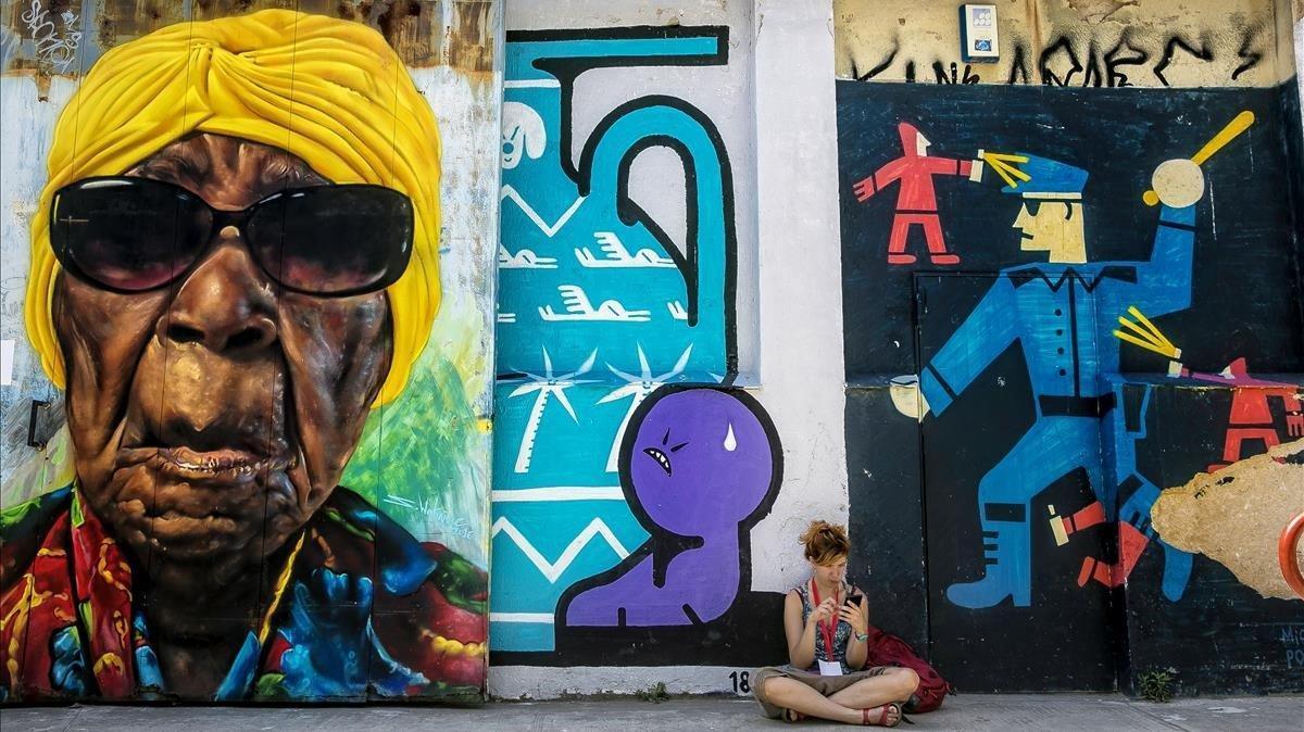 Exteriores de la Nau Bostik, sede de B-Murals, decorados con obras de artistas urbanos.
