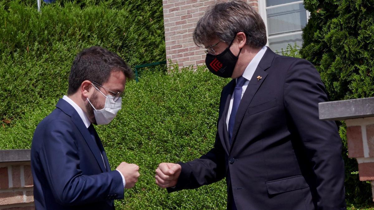 Pere Aragonès en Waterloo saludando a Carles Puigdemont