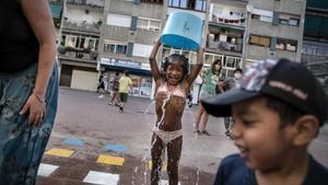Niños jugando en una plazade Ciutat Meridiana, el miércoles.