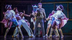 Marc Pociello (centro), en una escenadel musical 'La tienda de los horrores'.