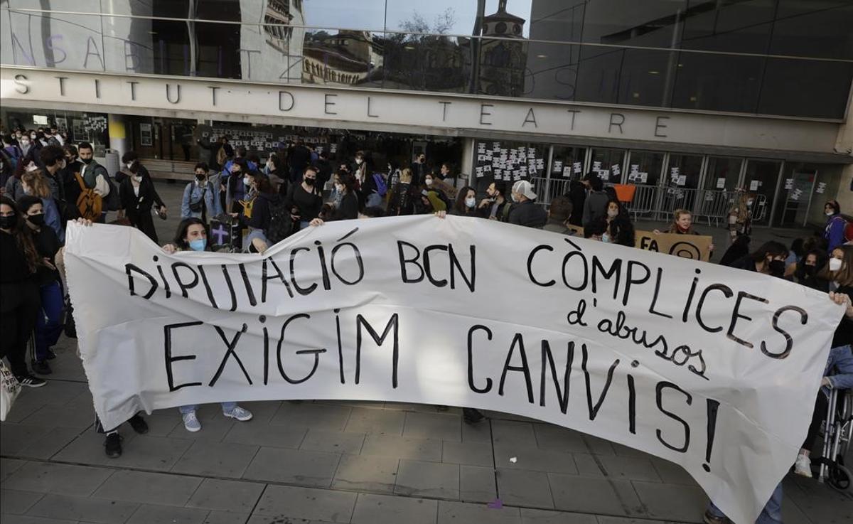 Los estudiantes ante el Institut del Teatre de donde partió la manifestación hacia la Diputación de Barcelona.