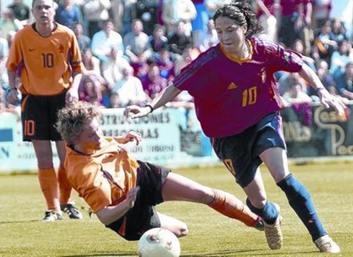 La española Laura del Río (derecha) pelea un balón con la holandesa Daphne Koster en un partido del  Campeonatode Europa de selecciones, en el 2004.
