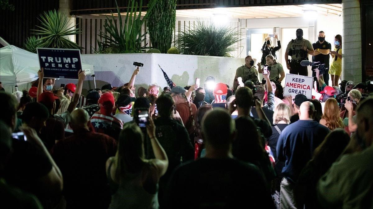 Los partidarios del presidente Donald Trump se reúnen para protestar por los resultados de las elecciones en la oficina del Departamento de Elecciones del condado de Maricopa, el 4 de noviembre de 2020 en Phoenix, Arizona.