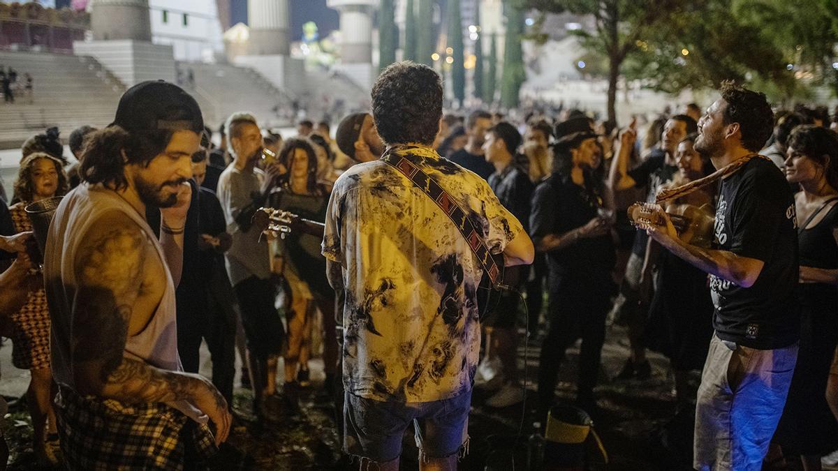 Fiestas de Sants acaban en un botellón multitudinario en el Parc de l'Espanya Industrial