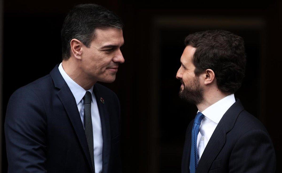 Pedro Sánchez recibe a Pablo Casado, este lunes, en la escalinata de la Moncloa.