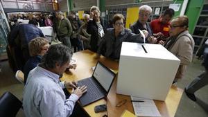 Gente votando el 9-N en el IES can Vilamaru.
