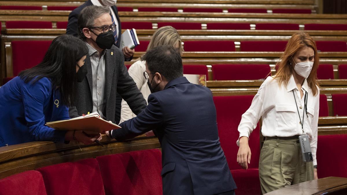 Pere Aragones charla con Marta Vilalta y Josep Maria Jové mientras Jessica Albiach pasa por detras.