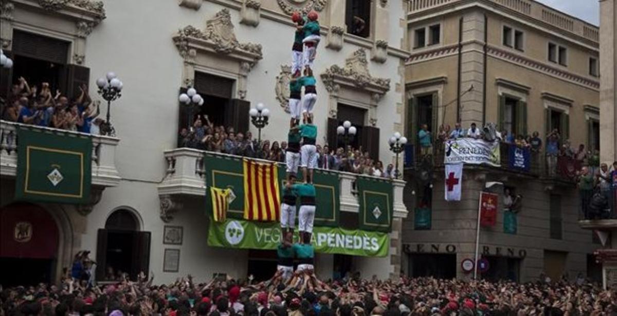Los Castellers de Vilafranca, en plena actuación en la 'diada' de Sant Fèlix.