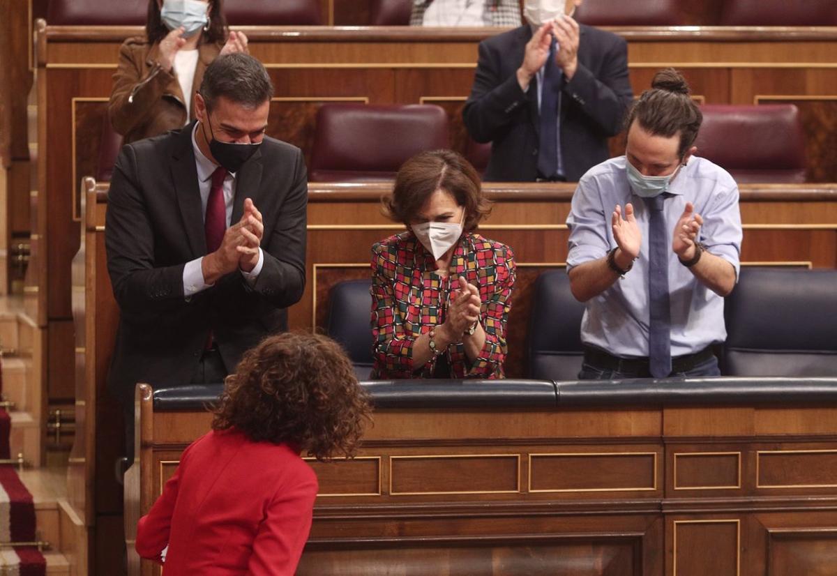 El presidente, Pedro Sánchez, y los vicepresidentes Carmen Calvo y Pablo Iglesias aplauden a la ministra de Hacienda, María Jesús Montero, en el debate de los Presupuestos, el pasado 11 de noviembre en el pleno del Congreso.