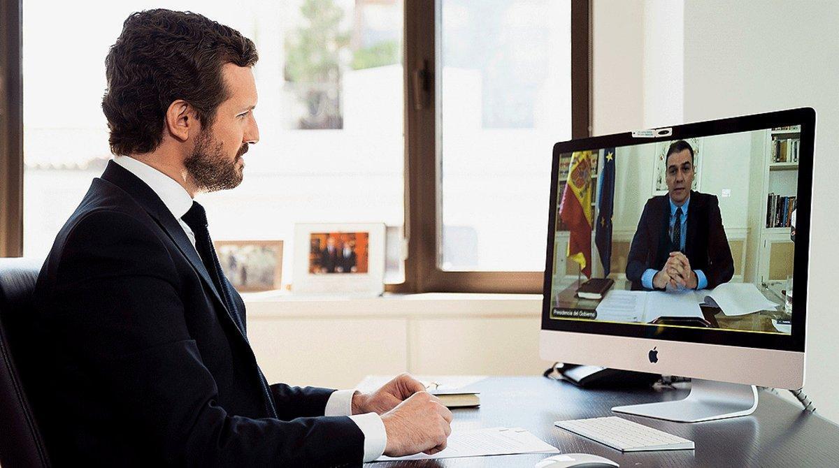 El líder del PP, Pablo Casado, mantiene una videoconferencia con el presidente del Gobierno español, Pedro Sánchez, sobre la crisis sanitaria, el pasado 20 de abril.