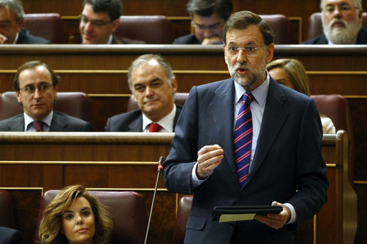 Rajoy, con el iPad en la mano y un post-it enganchado a la funda