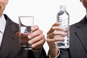 Aigua embotellada vs. aigua de l'aixeta