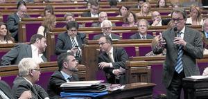 Artur Mas responde al ecosocialista Joan Herrera, ayer, durante la sesión de control al Govern, en el Parlament.