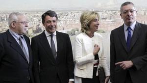 De izquierda a derecha, el expresidente de la Comunidad de Madrid Joaquín Leguina; el nuevo presidente, Ignacio González; y los otros dos expresidentes, Esperanza Aguirre y Alberto Ruiz-Gallardón.