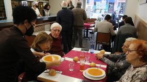 El Govern limita la apertura de bares a desayunos y comidas. En la foto, servicio de comida en un restaurante de la calle de Castillejos, en Barcelona.
