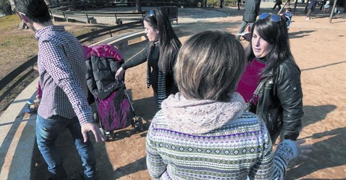 Marina, la hija que Afonsa Reinoso denuncia que le fue robada, en primer plano, de espaldas, la semana pasada con unos amigos en Barcelona.