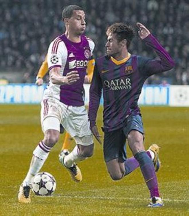 Neymar choca con van Rijhn en Ámsterdam.