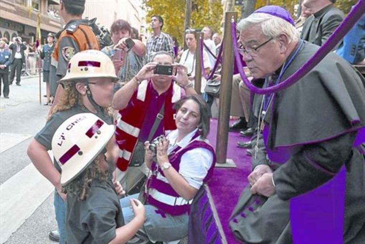 El obispo Martínez,en una ofrenda a la patrona de Granada.