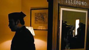 Tejero (Paco Tous) entra en el Congreso. En la segunda foto, Tous y Juan Diego (izquierda) hablan con el director, Chema de la Peña. La última foto muestra a Tous en un despacho.