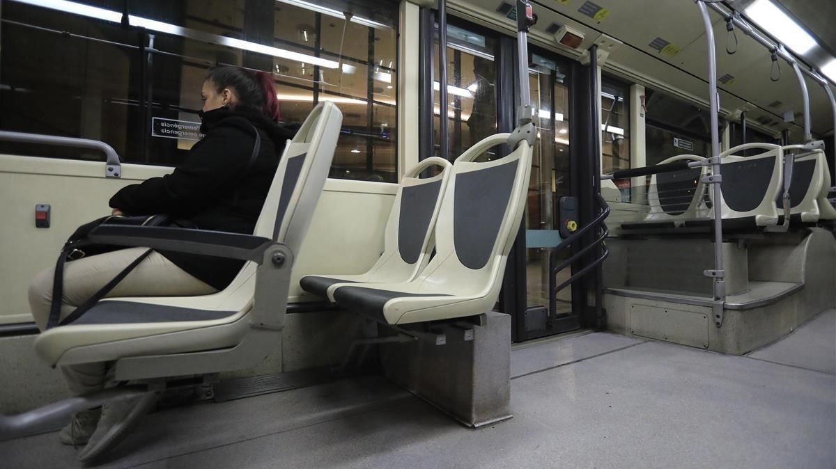 Carla, de 35 años, viaja sola en Nit Bus desde Barcelona a Santa Coloma de Gramenet.