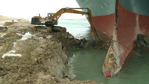 Trabajos para reflotar al Ever Given, encallado en el canal de Suez.