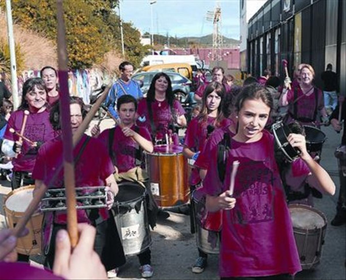 Red en el territorio 8 Los 'diables' de Nou Barris, en la celebración del 20º aniversario de la XIC, el sábado.