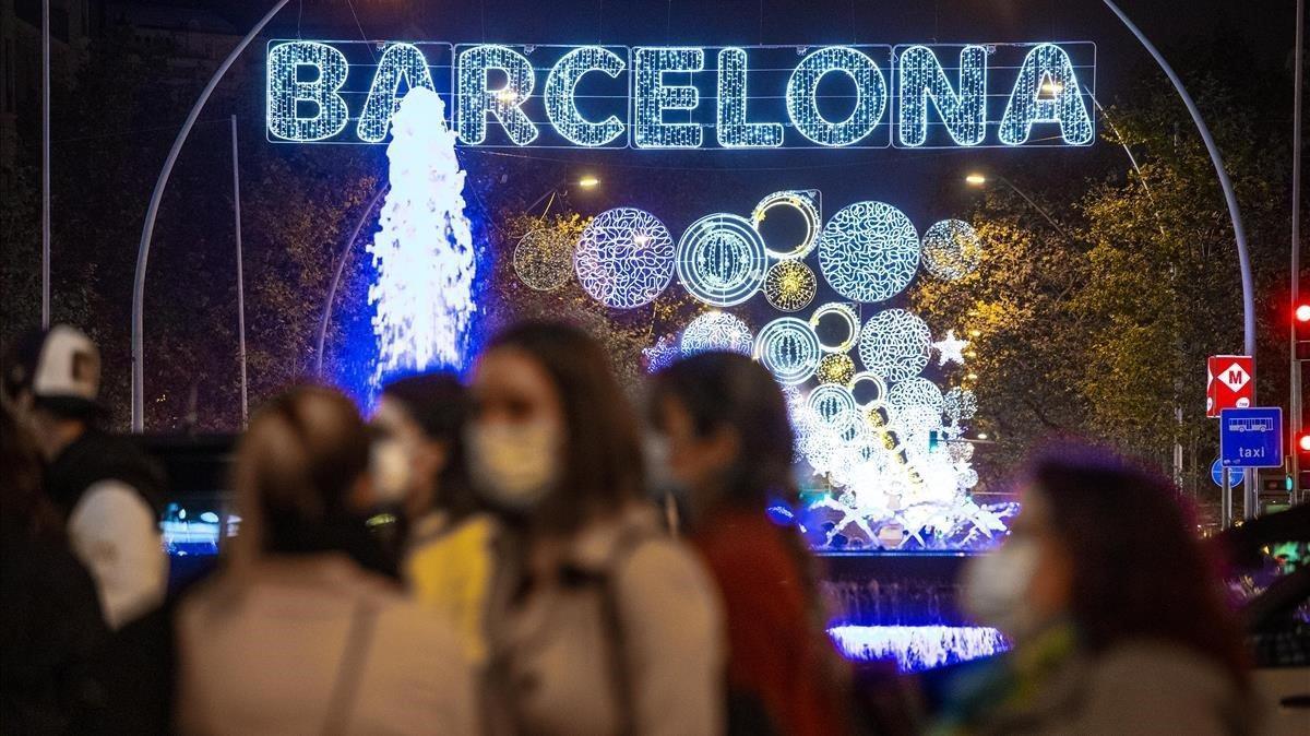 Iluminación navideña y mascarillas en la Gran Via.