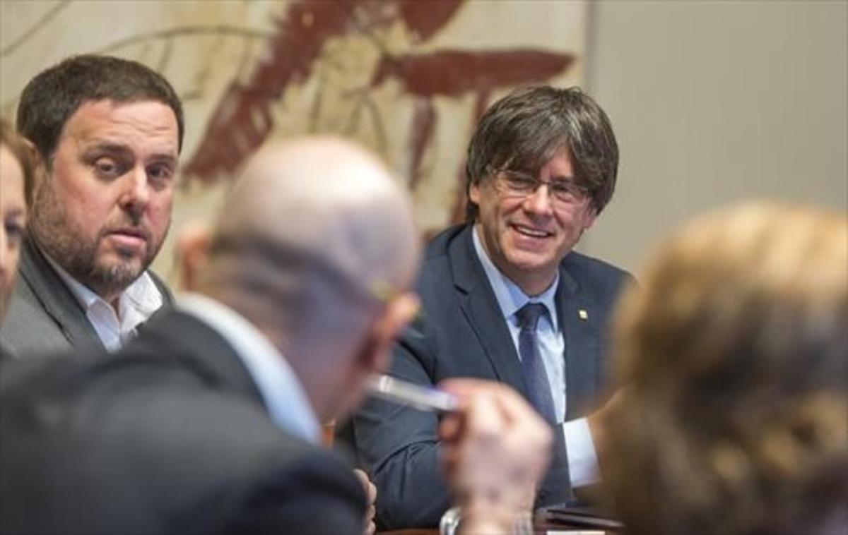 El 'president' Carles Puigdemont y el vicepresidente Oriol Junqueras, en la reunión del Consell Executiu.