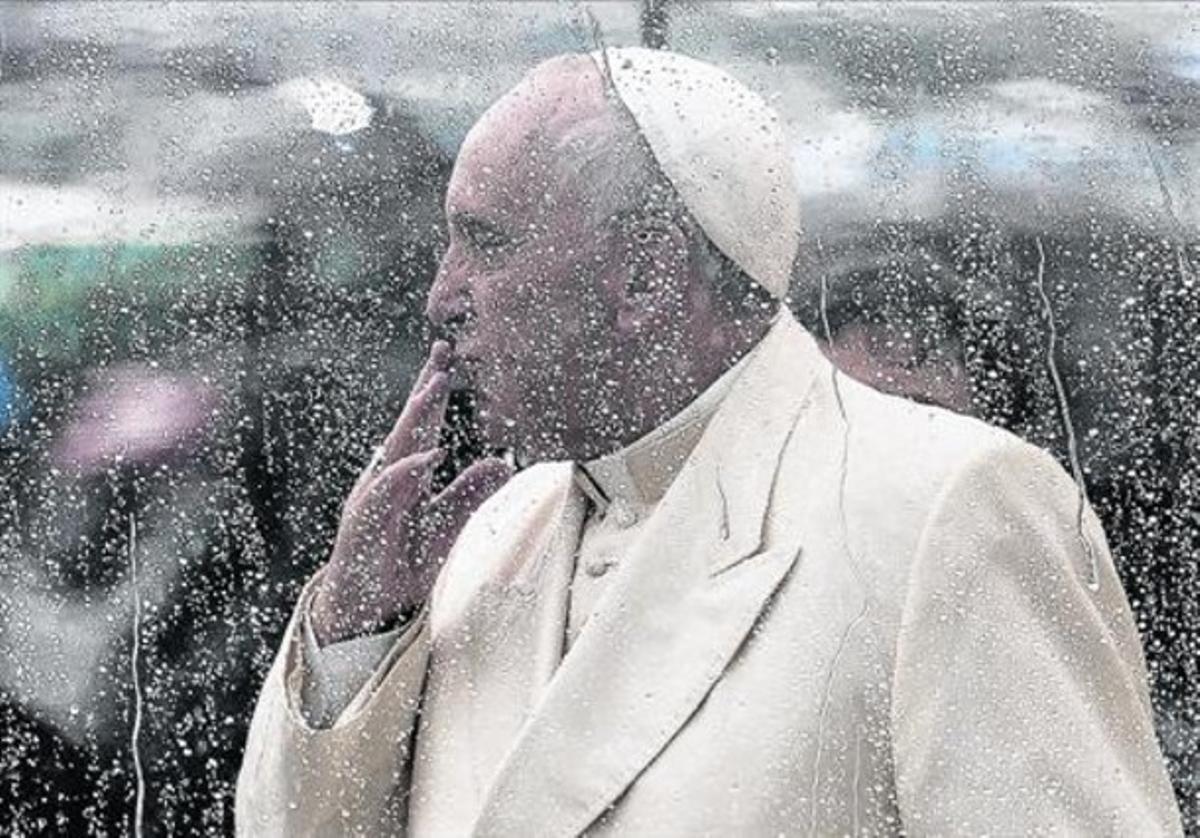 El papa Francisco lanza un beso a los fieles congregados en la plaza de San Pedro, ayer.