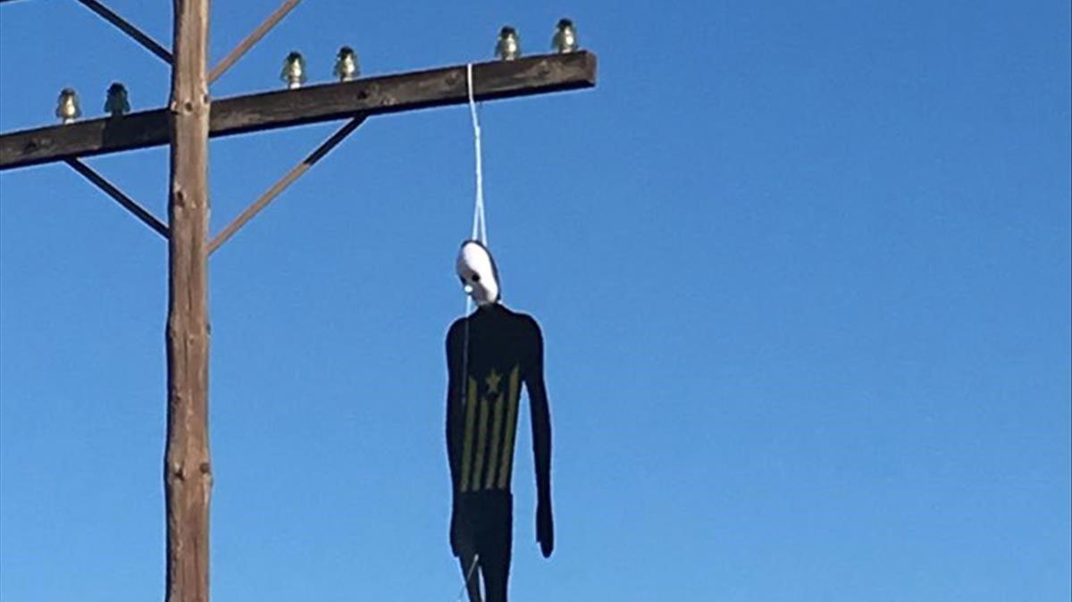 Uno de los muñecos con una 'estelada' que han aparecido ahorcados a la entrada de València