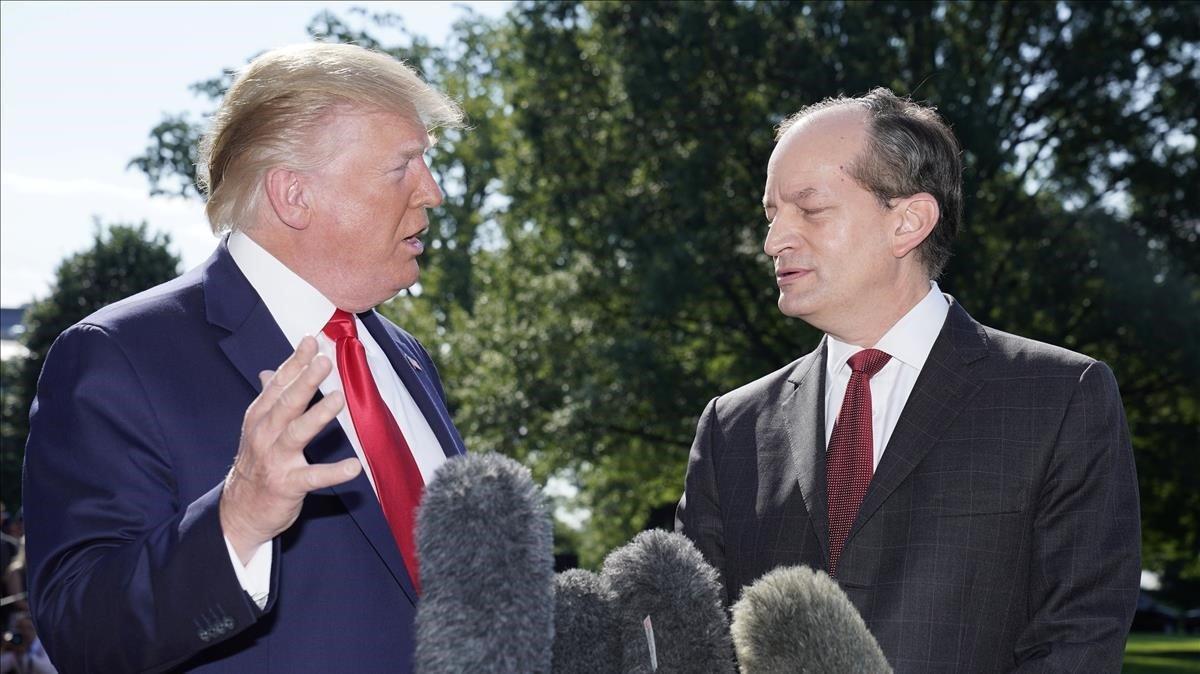 Donald Trump y el secretario de Trabajo, Alex Acosta, este viernes.