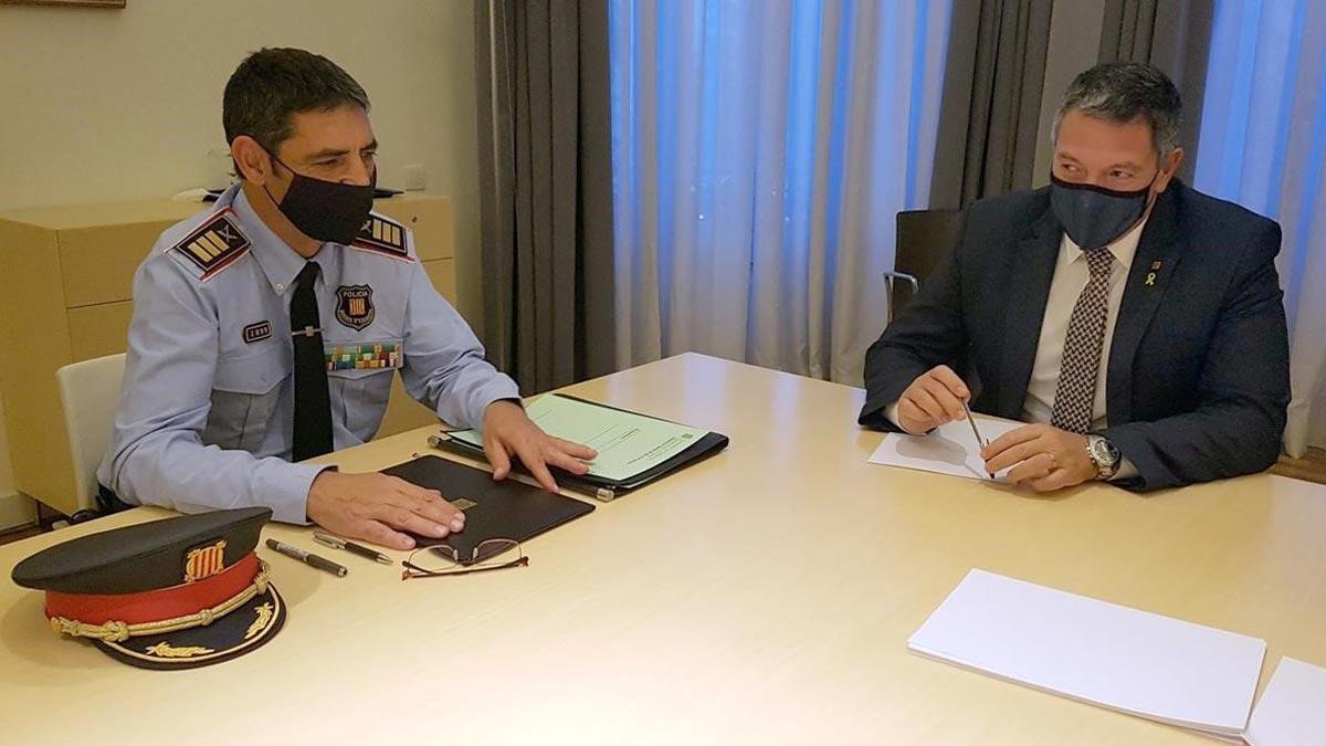 El mayor Trapero, restituido como jefe de los Mossos d'Esquadra. En la foto,Josep Lluís Trapero, con el 'conseller' de Interior, Miquel Sàmper.