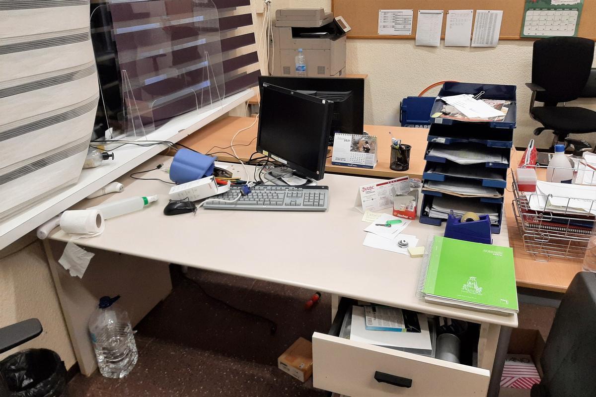 Uno desde despachos de IE Mar Mediterrània de Mataró, revuelto después del robo.